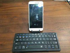 脂ぎったスマートフォンの写真